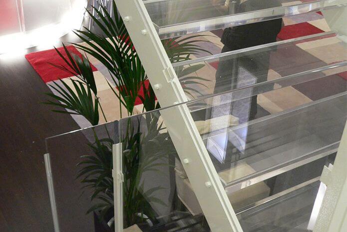 Acryline Treppe aus Acrylglas für Messestand Treppe aus Acrylglas für Messestand