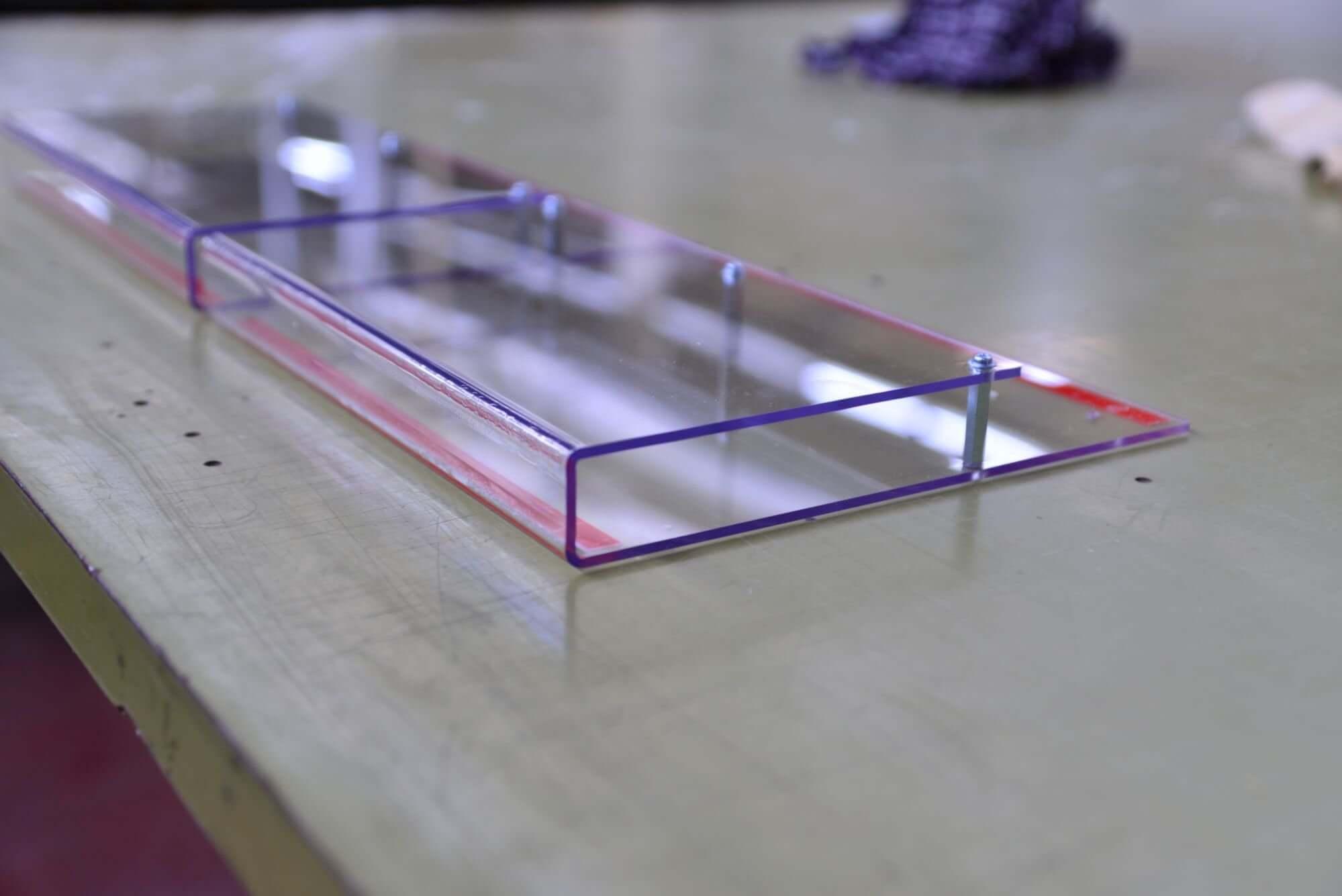 Montage von verschiedenen Komponenten zum Endprodukt Kunststoff Acryl