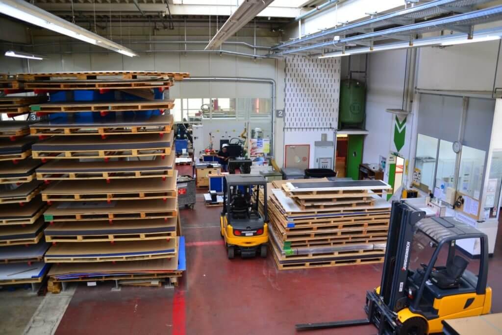 Teil des Warenlagers Acryline Konstruktion & Produktion von Kunststoff-Teilen